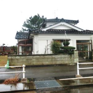 秋田県にかほ市象潟町関字建石 中古物件 戸建て 建物外観と前面道路の様子